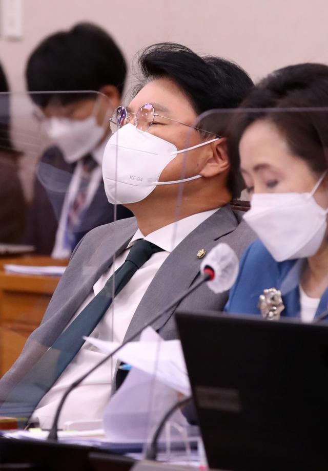 국민의힘 장제원 의원이 24일 서울 여의도 국회에서 열린 법제사법위원회 전체회의에서 잠시 눈을 감고 있다. 연합뉴스
