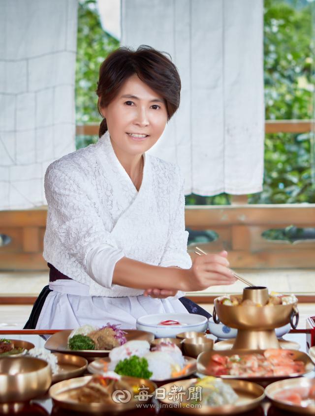 박정남 안동종가음식연구원장이 종가음식 전문점 안동 예미정에서 향토음식에 대해 설명하고 있다. 김영진 기자