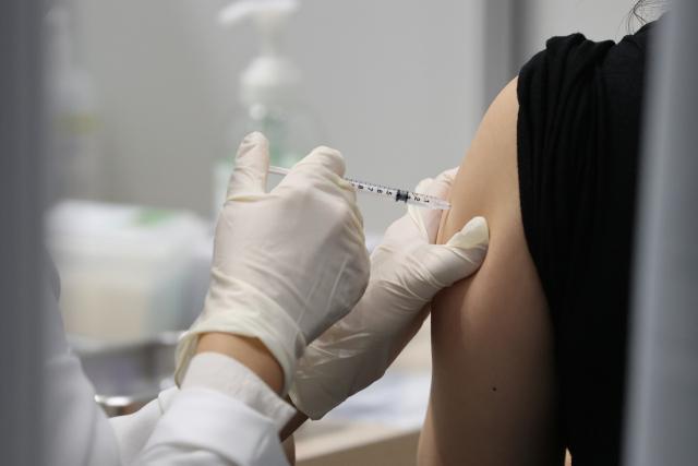 28일 오전 서울 마포구민체육센터에 마련된 코로나19 예방접종센터에서 한 시민이 백신 접종을 하고 있다. 사진은 기사 내용과 관련 없음. 연합뉴스