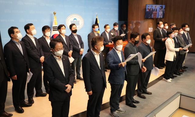더불어민주당 이낙연 캠프 홍영표 공동선대위원장 등 캠프 의원들이 11일 국회 소통관에서 기자회견을 열고