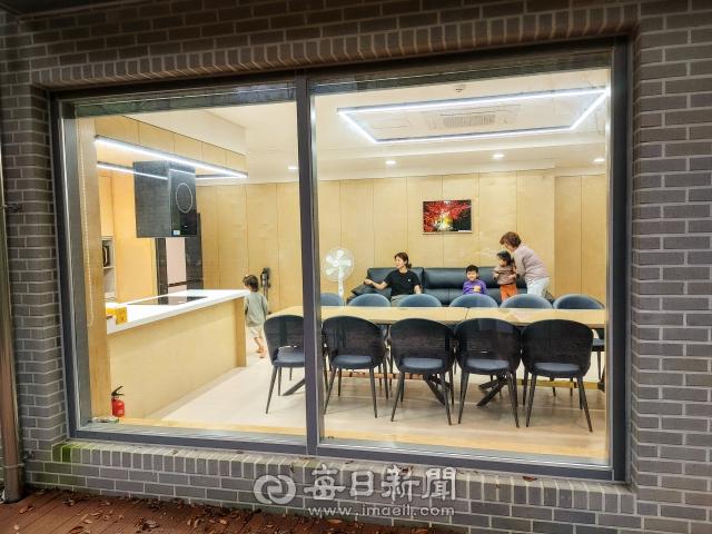 경북 청송자연휴양림에 최근 북스테이 객실이 오픈했다. 대단위 가족이 넉넉히 숙박할 수 있는 공간이다. 옆에는 숲속도서관까지 마련돼 있다. 전종훈 기자