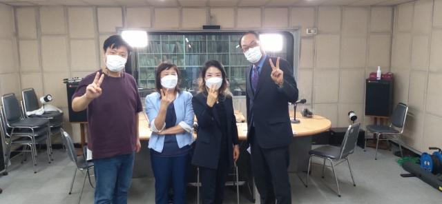 방송 녹화가 끝난 후에 우웅택 담당 PD(왼쪽)와 유혜숙 교수, 전영숙 원장, 야수 앵커(오른쪽)가 함께 기념사진을 찍었다. 대구 CPBC 제공