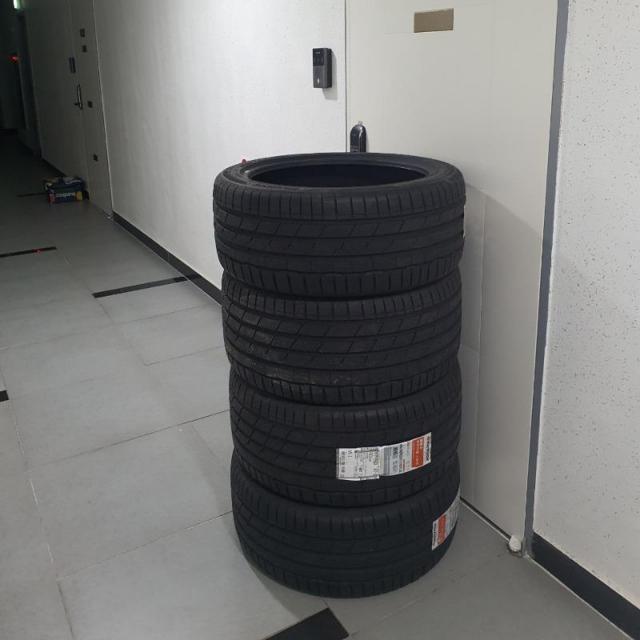 온라인으로 주문한 타이어가 문앞을 막고있다. 사진=온라인 커뮤니티