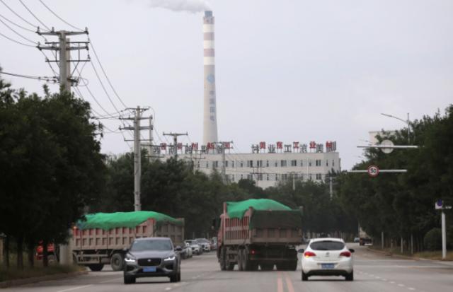 29일 중국 랴오닝성 선양에 있는 한 석탄화력 발전소의 굴뚝에서 연기가 솟아오르고 있다. 중국 동북 지방에서는 최근 석탄 부족 등으로 민생분야 전기까지 끊어지는 전력난이 발생하고 있다. 연합뉴스