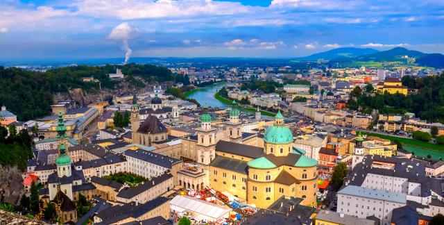 오스트리아의 잘츠부르크는 알프스의 경치와 화려한 건축술의 독특한 조합으로 세계에서 아름다운 도시 가운데 하나로 알려져 있다.
