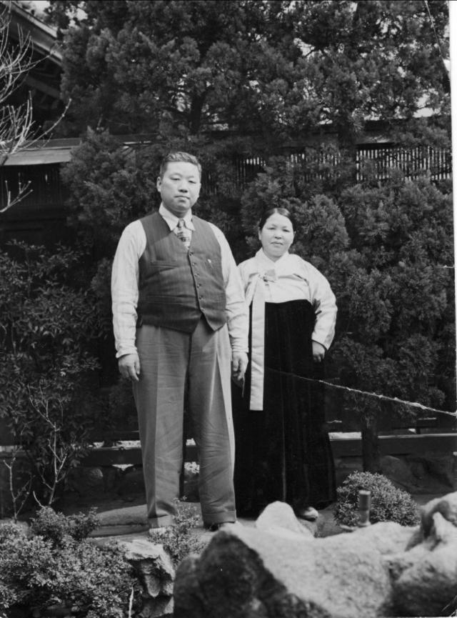 1956년 7월 대구 중구 자택정원에서 찍은 정규만 장로 부부. 가족제공.
