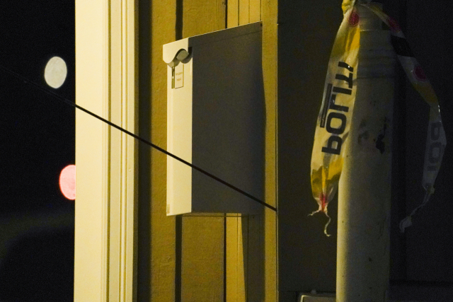 13일(현지시간) 노르웨이 콩스베르그에서 화살 난사 사건이 벌어진 후 사건 현장의 한 벽면에 화살이 꽂힌 채 남겨져 있다. 사진 연합뉴스