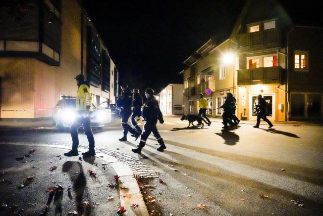 13일(현지시간) 노르웨이 소도시 콩스베르그에서 화살 난사 사건이 발생해 경찰이 현장을 수색하고 있다. 이날 한 남성이 콩스베르그 번화가 곳곳을 돌아다니며 화살을 마구 쏴 지금까지 5명이 숨지고 2명이 다친 것으로 확인됐다고 현지 경찰이 밝혔다. 연합뉴스