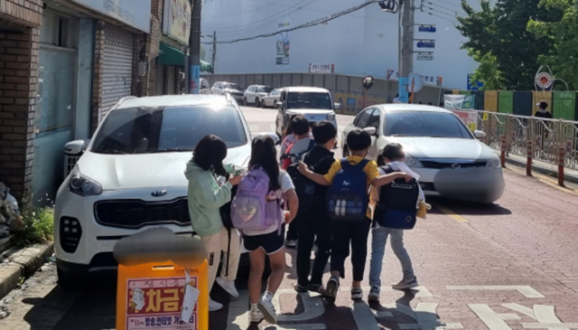 스쿨존 뒤덮은 불법주정차…아이도 운전자도 불안
