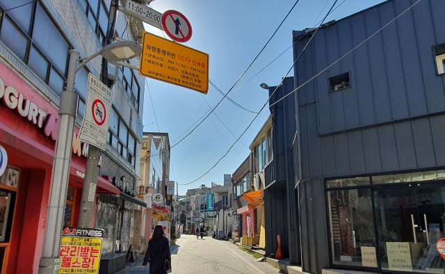 '30억' 들인 보행자 전용거리, 단속 못하는 '단속카메라'