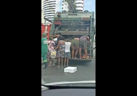 '쓰레기 트럭' 뒤져 먹을 것 찾는 게 일상…충격적인 브라질 상황