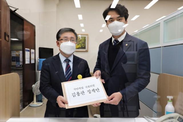 '이재명 조폭연루설' 김용판 '자책골'…속 끓이는 국힘