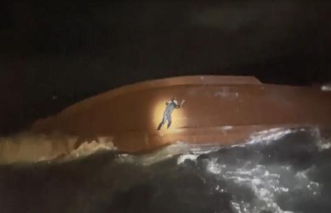 독도 해상 전복 어선, 실종 선원 2명 구조…사망자 1명 발견
