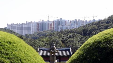 왕릉 경관 망친 아파트, 높이 제한 쏙 빼놓고 외벽 색상·마감재만 손보겠다?